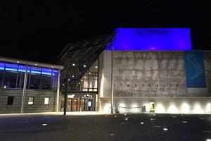 ANOLIS Divine erleuchten den Bühnenturm der Stadthalle Tuttlingen